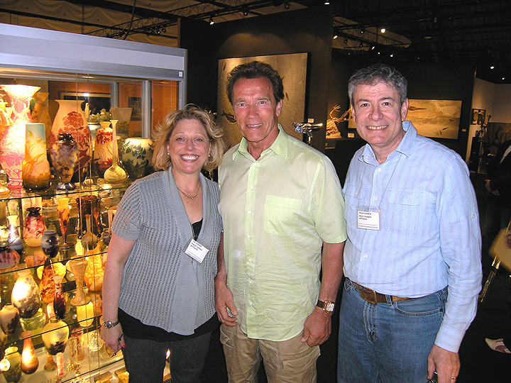 Meet Philip Chasen and his lovely wife, Lía Chasen, with Arnold Schwarzenegger at the LA Antiques Show ( April 17, 2011 ).